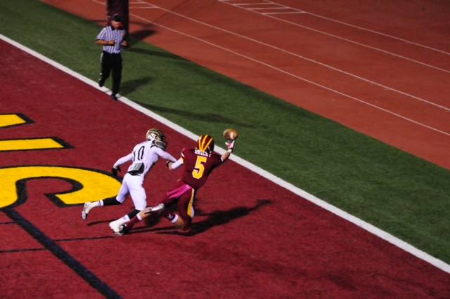#5 pulls down a one handed catch in from of #10